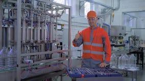 Portret van de gelukkige installatie hoofdmens in helm met hulpmiddelen voor het materiaal van de revisiefabriek stock video