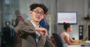 Portret van de gelukkige jonge Aziatische mens die zijn vinger richten stock footage