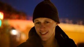 Portret van de gelukkige jonge mens in een zwarte hoed en een zwart jasje stock videobeelden