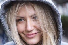 Portret van de gelukkige jonge vrouw royalty-vrije stock afbeeldingen