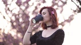 Portret van de Gelukkige jonge vrouw die van de reisdanser van vrije tijd in een de bloesempark van de sakurakers genieten - Kauk stock videobeelden