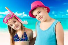 Portret van de gelukkige kinderen die bij strand genieten van Royalty-vrije Stock Afbeeldingen