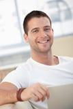 Portret van de gelukkige mens thuis Stock Foto