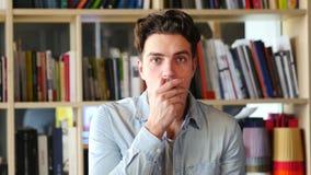 Portret van de Geschokte Jonge die Mens, door Verrassing wordt verbaasd stock videobeelden