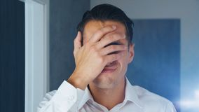 Portret van de geschokte mens die facepalm doen Het concept teleurstelling, schande en verlegenheid stock footage