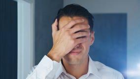 Portret van de geschokte mens die facepalm doen Unpleasantly verraste zakenman Concept teleurstelling, schande en stock videobeelden