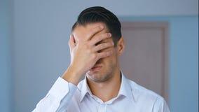 Portret van de geschokte mens die facepalm doen Unpleasantly verraste zakenman Concept teleurstelling, schande en stock footage