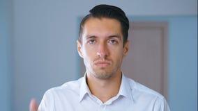 Portret van de geschokte mens die facepalm doet Unpleasantly verraste zakenman Concept teleurstelling, schande en stock videobeelden