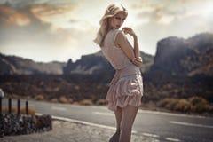 Portret van de gevoelige blonde dame in de exotische plaats Stock Afbeelding