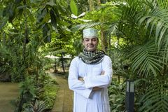 Portret van de glimlach knappe Arabische moslimmens in meshlah - wit Dr. stock afbeelding