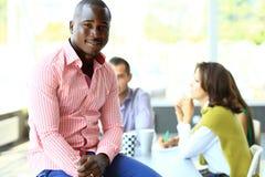 Portret van de glimlachende Afrikaanse Amerikaanse bedrijfsmens Royalty-vrije Stock Foto's