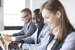 Portret van de glimlachende Afrikaanse Amerikaanse bedrijfsmens Stock Afbeeldingen