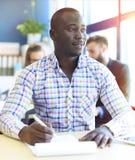 Portret van de glimlachende Afrikaanse Amerikaanse bedrijfsmens Stock Afbeelding