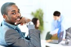 Portret van de glimlachende Afrikaanse Amerikaanse bedrijfsmens met stafmedewerkers Royalty-vrije Stock Foto's