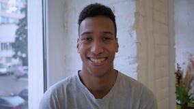 Portret van de Glimlachende Afro-Amerikaanse Mens in Zolderbinnenland stock fotografie