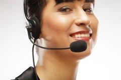 Portret van de glimlachende arbeider van de klantenondersteunings vrouwelijke telefoon, over w Stock Afbeelding
