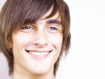 Portret van de glimlachende jonge man Stock Afbeeldingen