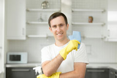 Portret van de glimlachende jonge mens bij de keuken royalty-vrije stock foto's