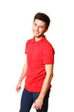 Portret van de glimlachende jonge mens in een rode T-shirt die op wit wordt geïsoleerde stock afbeelding