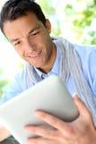 Portret van de glimlachende mens die tablet gebruiken stock afbeelding