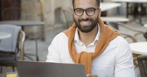 Portret van de glimlachende mens stock footage
