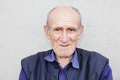 Portret van de glimlachende oude grijswitte mens Stock Afbeelding