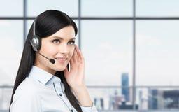 Portret van de glimlachende vrolijke exploitant van de steuntelefoon in hoofdtelefoon Stock Afbeeldingen