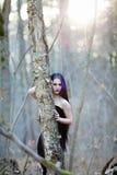Portret van de gotische vrouw in het donkere bos Royalty-vrije Stock Foto's