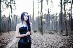 Portret van de gotische vrouw in het donkere bos Royalty-vrije Stock Afbeelding