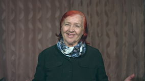 Portret van de grootmoeder Haar verrast tevreden, gemeld goed nieuws stock videobeelden