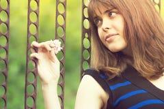 Portret van de handen van een meisjesholding op de poort Royalty-vrije Stock Foto's