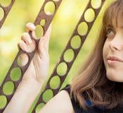 Portret van de handen van een meisjesholding op de poort Stock Afbeeldingen