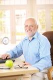 Portret van de hogere mens bij bureau Stock Foto's