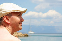 Portret van de hogere mens op het strand Royalty-vrije Stock Foto