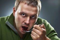 Portret van de hongerige mens die bonen eet royalty-vrije stock afbeelding