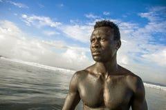 Portret van de jonge aantrekkelijke en geschikte zwarte afro Amerikaanse mens met sterk spierlichaam die koele modelhouding op he royalty-vrije stock foto's