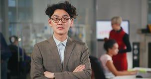 Portret van de jonge Aziatische mens in glazen stock video