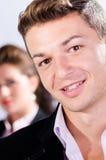 Portret van de jonge bedrijfsmens met zijn collega bij de rug Royalty-vrije Stock Foto