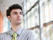 Portret van de jonge bedrijfsmens op modern kantoor Stock Afbeelding