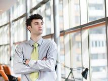 Portret van de jonge bedrijfsmens op modern kantoor Stock Foto