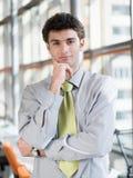 Portret van de jonge bedrijfsmens op modern kantoor Royalty-vrije Stock Foto's