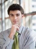 Portret van de jonge bedrijfsmens op modern kantoor Royalty-vrije Stock Afbeeldingen