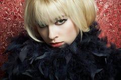 Portret van de jonge blonde vrouw van een boa Stock Foto's
