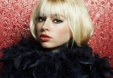 Portret van de jonge blonde vrouw van een boa Stock Afbeeldingen
