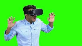 Portret van de jonge doen schrikken mens die virtuele werkelijkheidsglazen gebruiken stock videobeelden