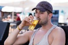 Portret van de jonge knappe mens die koud verfrissend bier drinken Royalty-vrije Stock Afbeelding