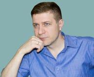 Portret van de jonge man tegen de achtergrond van Royalty-vrije Stock Afbeelding
