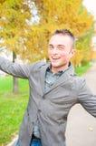 Portret van de jonge mens in de herfstpark Royalty-vrije Stock Afbeeldingen