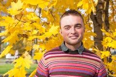 Portret van de jonge mens in de herfstpark Royalty-vrije Stock Foto's