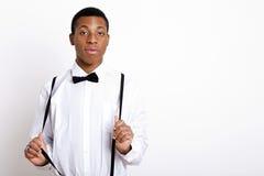 Portret van de jonge mens die bretels over witte achtergrond dragen Royalty-vrije Stock Fotografie